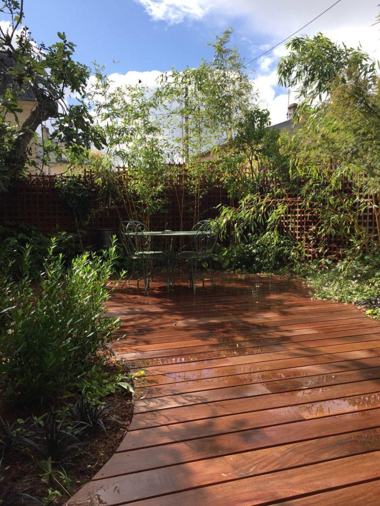 Découpe arrondie de la terrasse du jardin de briques et de bois