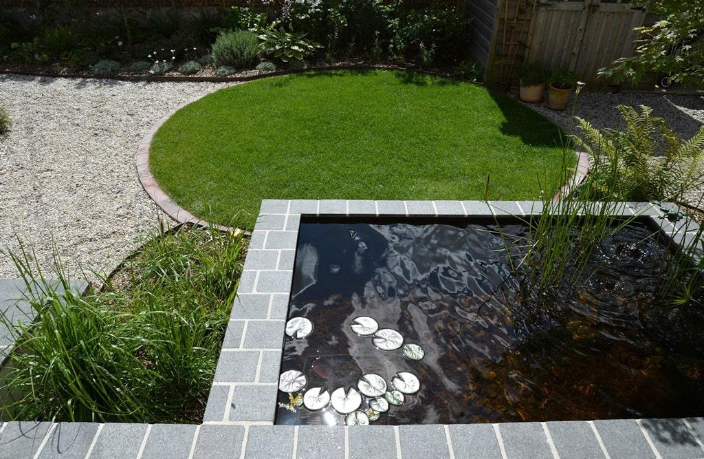 Vue du bassin et de la pelouse du Jardin de Flandre