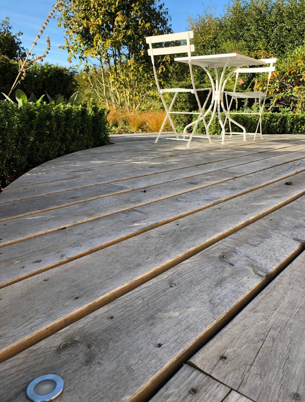 Le bois de chêne de la terrasse du jardin à l'horizon